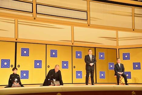 左から堀越勸玄、市川海老蔵、迫本淳一代表取締役社長、安孫子正副社長。