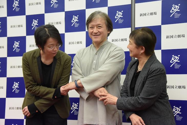 新国立劇場のオペラ、舞踊、演劇の3部門が連携し「子供オペラ」を制作することにちなみ、手を取り合う小川絵梨子(左)、大野和士(中央)、大原永子(右)。