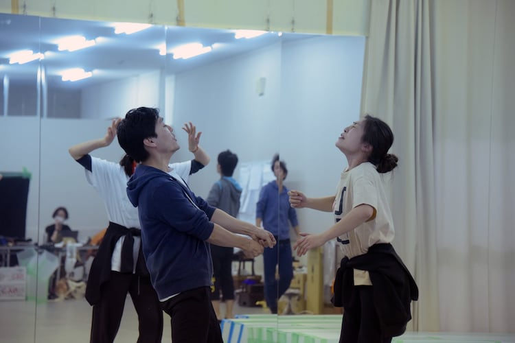 木ノ下歌舞伎「糸井版 摂州合邦辻」稽古の様子。左から武谷公雄、内田慈。