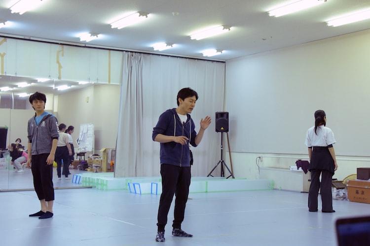 木ノ下歌舞伎「糸井版 摂州合邦辻」稽古の様子。武谷公雄(中央)。