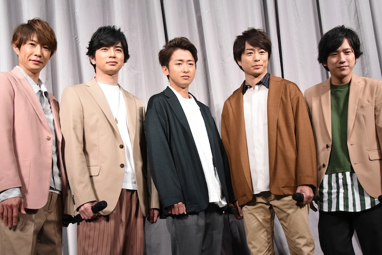 左から相葉雅紀、松本潤、大野智、櫻井翔、二宮和也。