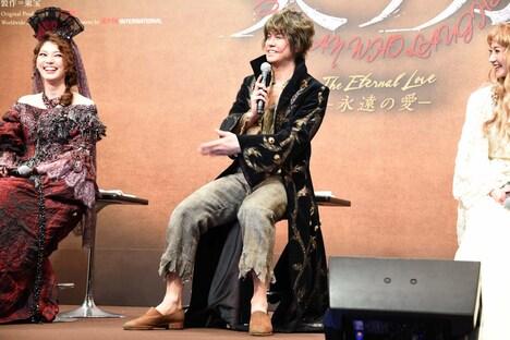スタッフの持ってきた靴を履かせてもらった浦井健治(中央)。