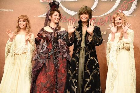 左から衛藤美彩、朝夏まなと、浦井健治、夢咲ねね。