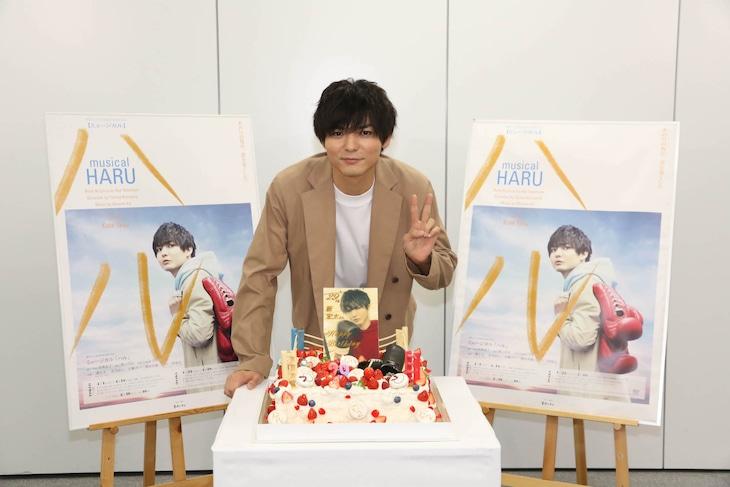 ミュージカル「ハル」合同取材会より。バースデーケーキを前に笑顔を見せる薮宏太(Hey! Say! JUMP)。