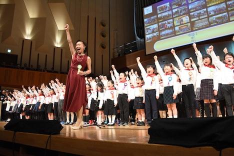 「わたしは未来」を合唱する児童。