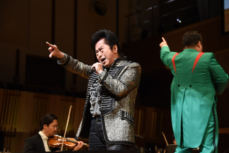 「東アジア文化都市 2019 豊島」開幕式典より、「ゼーット!」と絶唱する水木一郎。