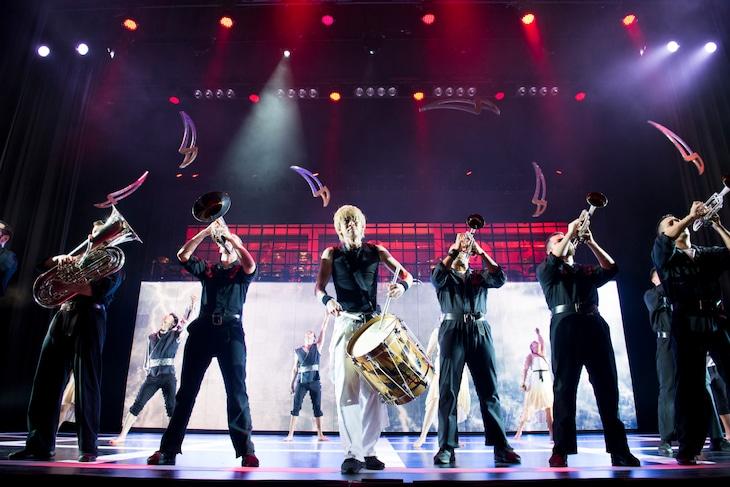「ブラスト!」過去公演より、石川直(中央)。