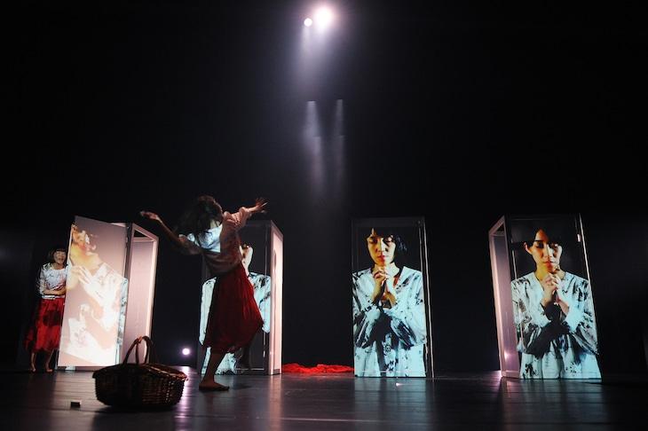 芸劇dance / Nibroll新作公演「悲劇のヒロイン」より。