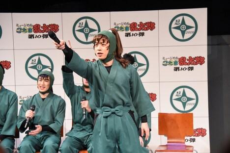 観客にレスポンスを求める反橋宗一郎。