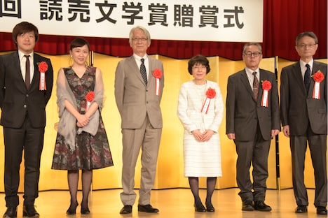 第70回読売文学賞贈賞式より。左から平野啓一郎、桑原裕子、西成彦、渡辺京二(代理)、時里二郎、古井戸秀夫。