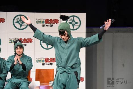 観客に手拍子を求める秋沢健太朗。