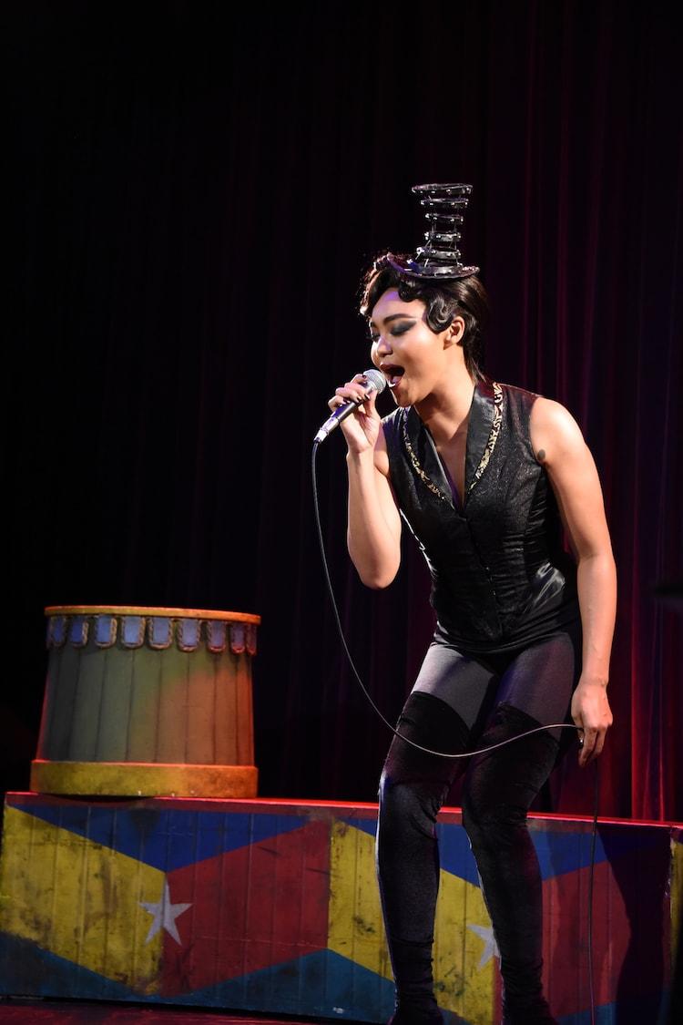 「Magic To Do」を披露するリーディングプレイヤー役のCrystal Kay。