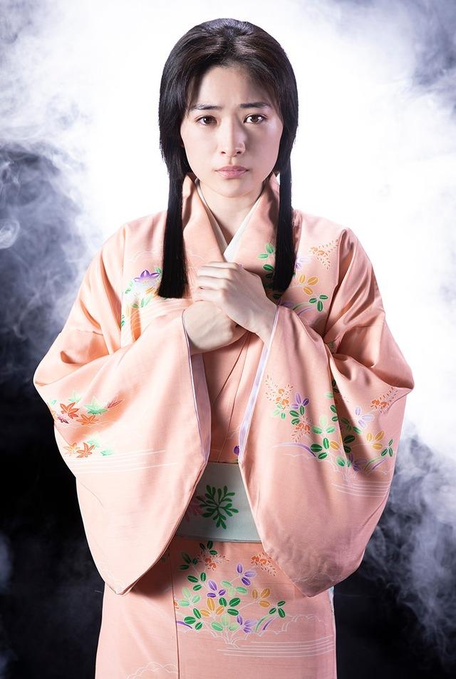 優希美青扮する神谷八重。