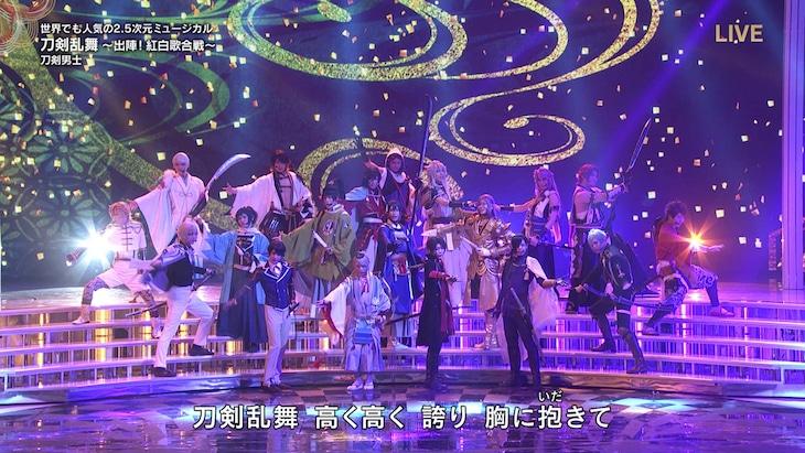 第69回NHK紅白歌合戦より、刀剣男士の出演シーン。(c)2019NHK