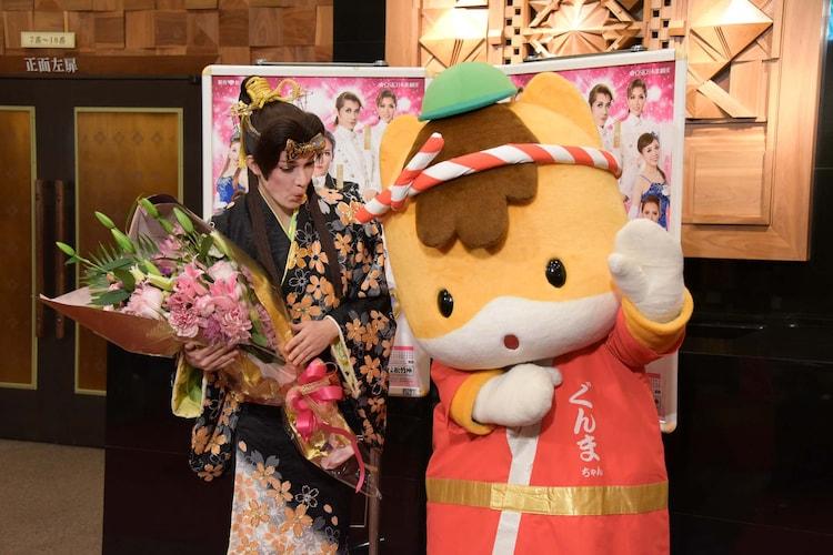 八木節の振付を披露するぐんまちゃん(右)と、見守る桐生麻耶(左)。