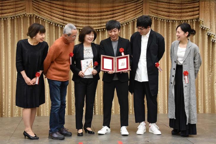 第6回ハヤカワ「悲劇喜劇」賞贈賞式より、左から吉野実紗、高橋長英、宮田慶子、蓬莱竜太、鈴木浩介、高野志穂。