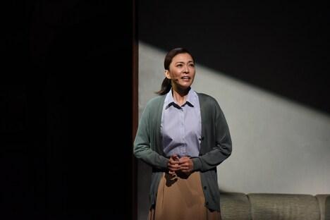 ミュージカル「ハル」フォトコールより。安蘭けい演じる石坂千鶴(ハルの母)。