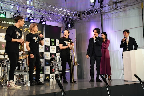 メドレーに感激した様子の武田真治(右から3番目)と小島瑠璃子(右から2番目)。