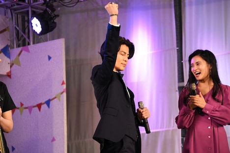 東京公演初日への特別参加が発表された際、うれしさのあまり拳を掲げる武田真治(中央)。