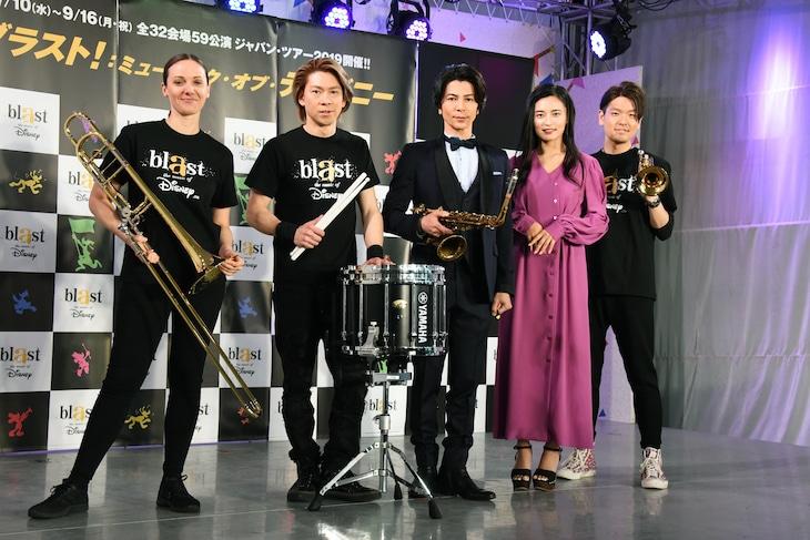 「ブラスト!:ミュージック・オブ・ディズニー」製作発表記者会見より。左からリサ・ライザネック・チャペル、石川直、武田真治、小島瑠璃子、米所裕夢。