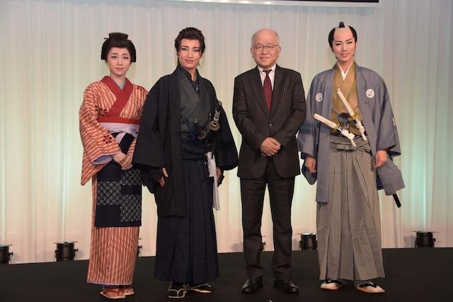 左から真彩希帆、望海風斗、浅田次郎、彩風咲奈。
