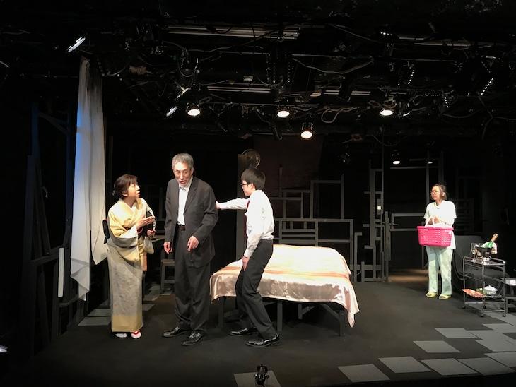 渡辺源四郎商店 第31回公演「背中から四十分」より。(提供:渡辺源四郎商店)
