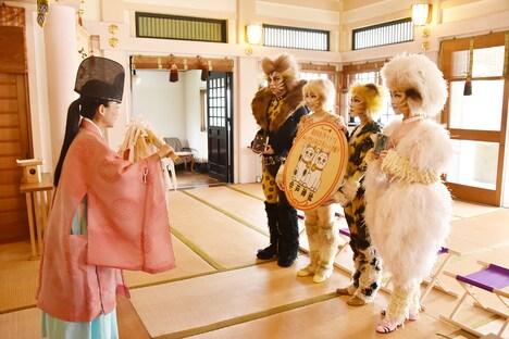 ミュージカル「キャッツ」のキャストが東京・今戸神社を参拝する様子。