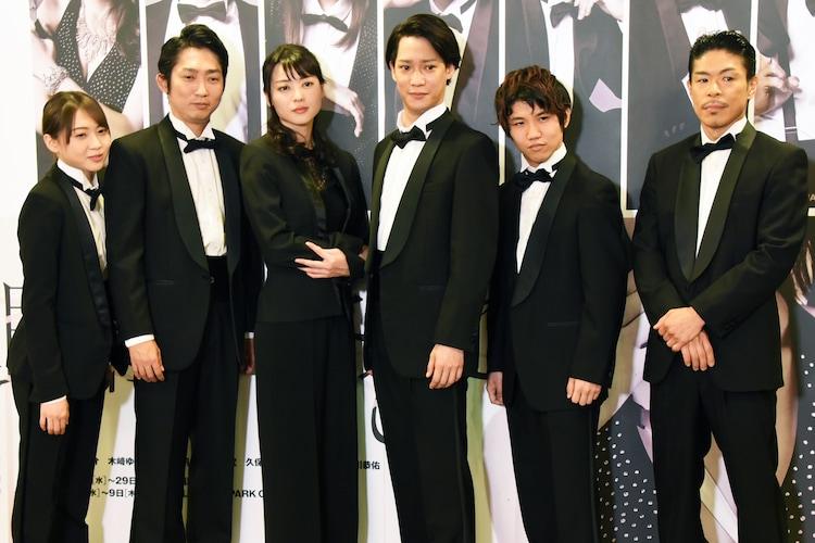 左から木崎ゆりあ、石田明、矢島舞美、味方良介、佐久本宝、松本利夫。