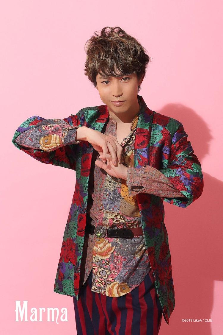 「『Like A』room[002]」ビジュアルより、鎌苅健太扮するマーマ。