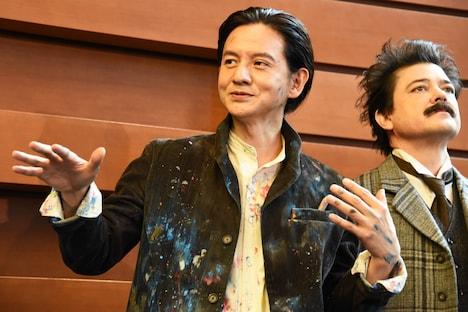 左から岡本健一、川平慈英。