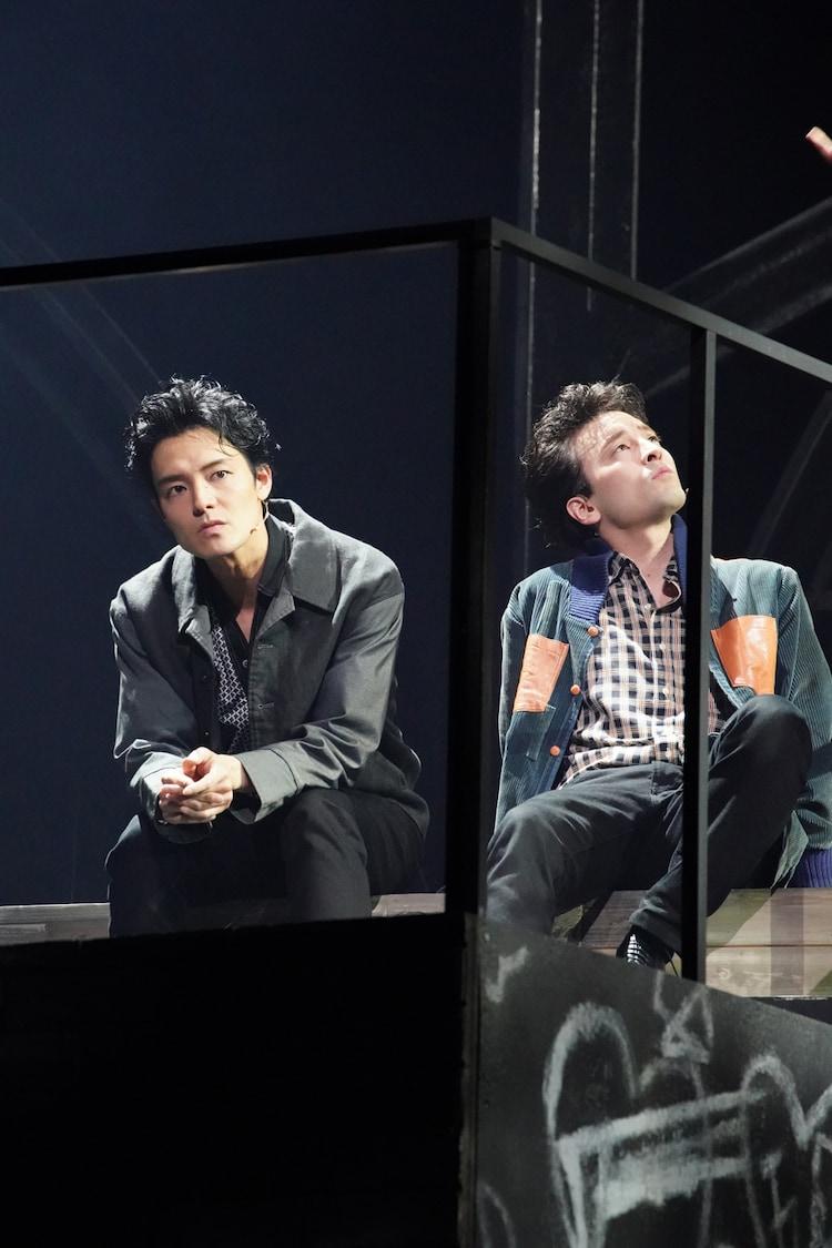 「BACKBEAT」より。左から上口耕平演じるピート・ベスト、JUON(FUZZY CONTROL)演じるポール・マッカートニー。(撮影:田中亜紀)