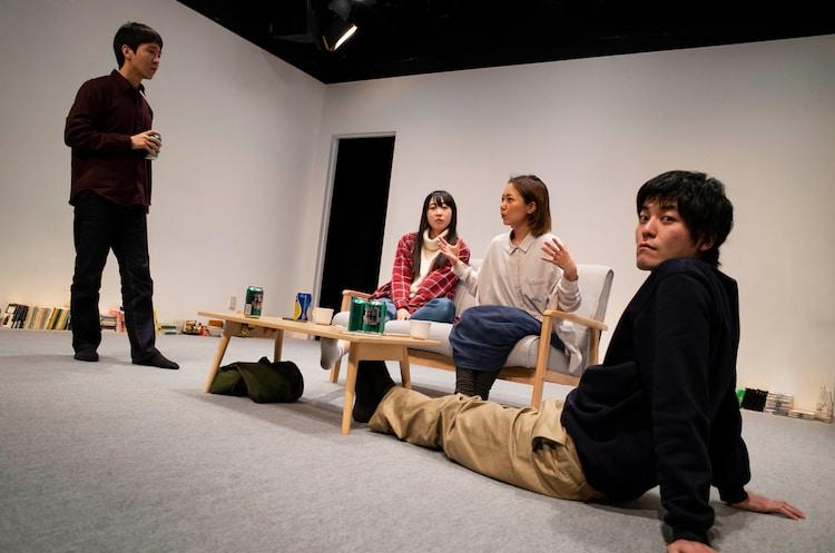 2018年上演の屋根裏ハイツ 5F 演劇公演「ここは出口ではない」より。