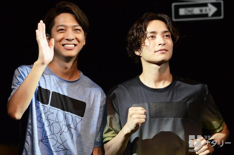 舞台「マラソン」囲み取材より。左から寺西拓人、矢田悠祐。