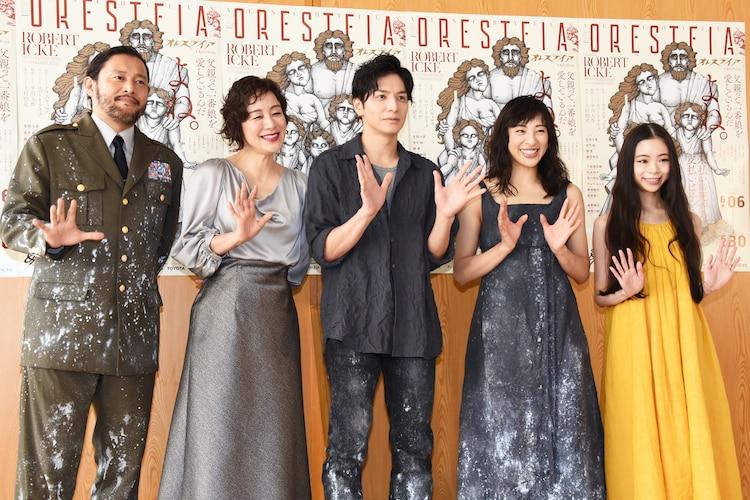 左から横田栄司、神野三鈴、生田斗真、音月桂、趣里。