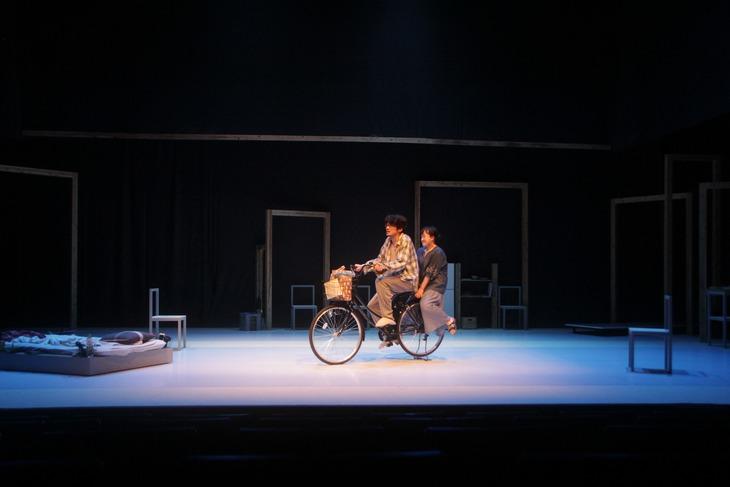 モダンスイマーズ結成20周年記念公演「ビューティフルワールド」より。
