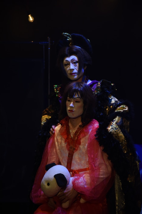 花組ヌーベル「実験浄瑠璃劇『毛皮のマリー』」より、夢組の公演の様子。(撮影:宮内勝)