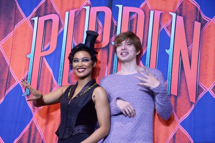ブロードウェイミュージカル「ピピン」囲み取材より、踊るようにポーズをとりながら笑うCrystal Kay(左)、城田優(右)。