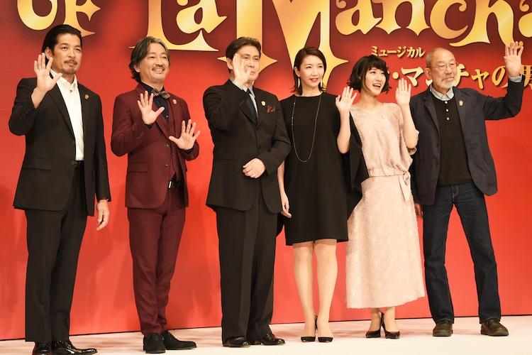 ミュージカル「ラ・マンチャの男」製作発表記者会見より。左から宮川浩、駒田一、松本白鸚、瀬奈じゅん、松原凜子、上條恒彦。