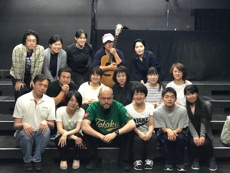 渡辺源四郎商店「なべげん日曜劇場『召命』」の出演者と畑澤聖悟(中央)。