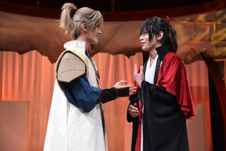 舞台「紅葉鬼」囲み取材より、仲むつまじい姿を見せる菊池修司(左)、陳内将(右)。
