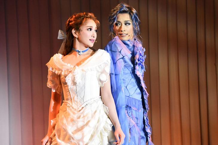 宝塚歌劇花組 三井住友VISAカード シアター「Musical『A Fairy Tale ─青い薔薇の精─』」「レヴューロマン『シャルム!』」制作発表会より。