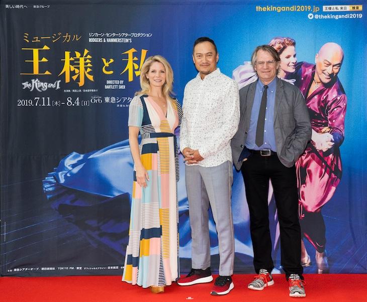 ミュージカル「王様と私」囲み取材より。左からケリー・オハラ、渡辺謙、演出のバートレット・シャー。