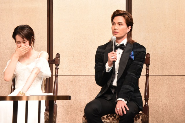 木村達成について「彼の最大の魅力は……まゆげですね!」とコメントする廣瀬友祐(右)。