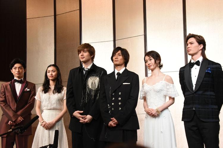 ミュージカル「ファントム」製作発表会見より、左から木村達成、木下晴香、城田優、加藤和樹、愛希れいか、廣瀬友祐。