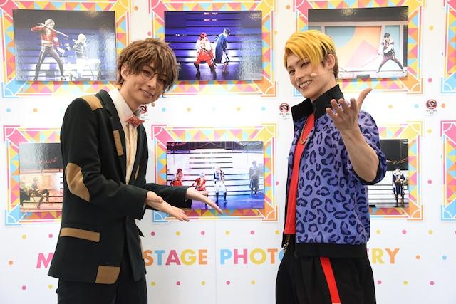 左から松川伊助役の田口涼、迫田ケン役の田内季宇。ロビーにはステージフォトが飾られている。