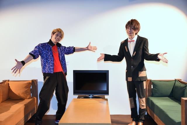 楽屋のセットを案内する、迫田ケン役の田内季宇(左)と松川伊助役の田口涼(右)。