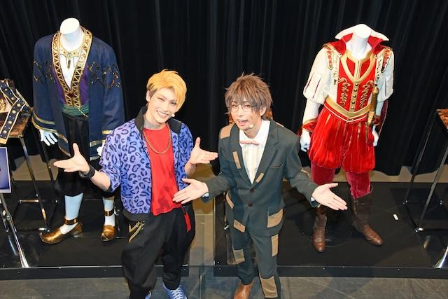 左から迫田ケン役の田内季宇、松川伊助役の田口涼。舞台上には劇中劇の衣装をまとったマネキンがズラリ。
