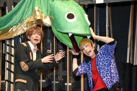 左から松川伊助役の田口涼、迫田ケン役の田内季宇。バックステージには大道具のヘビの展示も。