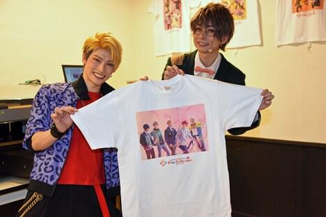 左から迫田ケン役の田内季宇、松川伊助役の田口涼。併設されたカフェではオリジナルTシャツを制作することができる。