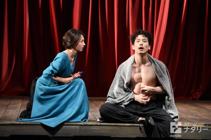 「お気に召すまま」フォトコールより。左から満島ひかり演じるロザリンド、坂口健太郎演じるオーランド。